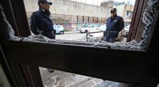 Napoli, clandestino in fuga sui tetti del capannone industriale lancia pietre contro la polizia