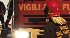 Boati e fiamme nella notte: carbonizzata l'auto di un noto medico