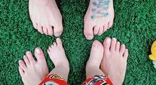 Chiara Ferragni, foto ai piedi con Fedez e Leone. I fan notano un particolare su di lei