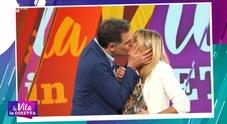 Tiberio Timperi, bacio a sorpresa a Francesca Fialdini a La Vita in Diretta