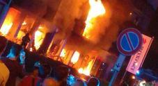 Esplosione e fiamme: incendio nel palazzo, 25 appartamenti evacuati