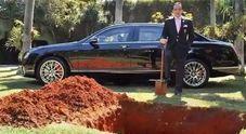 Playboy milionario seppellisce la Bentley da 367mila euro: «Mi porterà nell'aldilà»