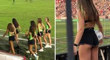 Raccattapalle minorenni in shorts: «Si vede tutto, fate pena». Bufera dopo le foto sui social