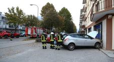 L'auto finita fuori strada in via Vittorio Veneto