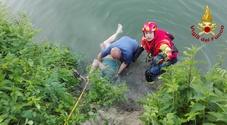 Pescatore cade nel Monticano e resta aggrappato alla riva