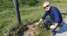 Il sindaco mostra un pozzetto di quelli svuotati dei cavi