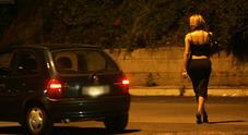 Cliene e prostituta in auto nel park del fast food: bersagliati dai proiettili