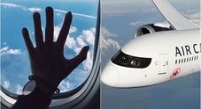Passeggera dimenticata in un aereo: si risveglia sola, al gelo e al buio