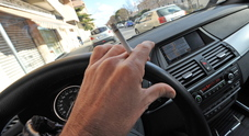 Padre fuma in auto con la figlia minorenne accanto: scatta la multa