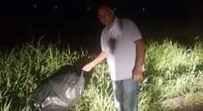 Sindaco detective scopre due nomadi che gettano i rifiuti tra i cespugli
