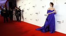 Penelope Cruz regina dei César: l'abito blu è mozzafiato. E lei si commuove