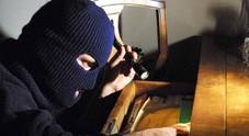 Osimo, ladri sfrontati ripuliscono la casa mentre la famiglia sta cenando
