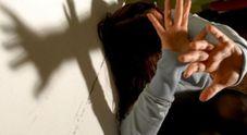 Ubriaco, prende a pugni una donna e molesta i passanti: arrestato