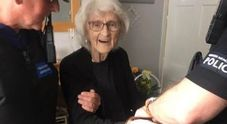 «Voglio essere arrestata». Esaudito da 2 poliziotti l'insolito desiderio di una nonnina 93enne