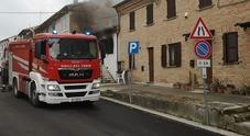 Le fiamme devastano la casa: anziana salvata dai vicini ma intossicata