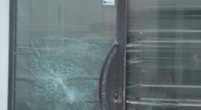 Lite tra un ragazzo e una ragazza: lui sfonda la vetrina