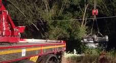 Auto si sfrena e finisce in un campo, recuperata dai vigili del fuoco