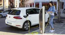 """Colonnine elettriche, """"solo"""" 100mila punti ricarica in Europa. Costruttori auto: «Ne servono due milioni»"""