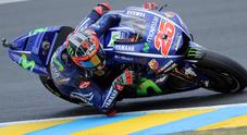 MotoGP, a Le Mans Valentino cade nel finale. Vinales vince e va in testa al campionato