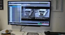 Con un autocarro danneggia un semaforo e fugge: beccato con i varchi elettronici
