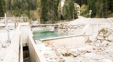 Una centralina idroelettrica sconvolge il corso di un torrente di montagna