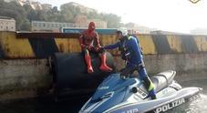 """Identificato lo Spiderman che """"cercava"""" i poteri perduti tra le banchine del porto"""