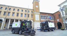 le nuove spazzatrici davanti al comune