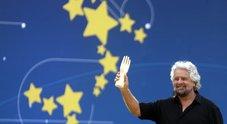 M5S, Grillo show sul palco con la manina: «Diversi da Salvini, ma lui è leale»
