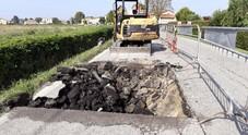 Voragine sull'asfalto di via Munerati