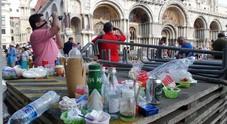 Le immondizie abbandonate dai turisti sulle passerelle dell'acqua alta in piazza San Marco
