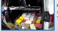 Sfrecciava sulla statale: bloccato un 23enne, era carico di 100mila euro di cocaina