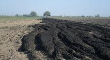 Una immagine dello smaltimento dei fanghi raccolta nelle indagini