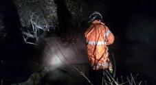 Boschi a fuoco, pattugliamenti   nella notte a caccia del piromane