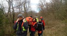 Cade in bosco e si frattura il femore: 84enne soccorso in Carso