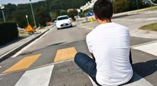 Vallefoglia, la folle moda dei ragazzini: corrono in strada e schivano le auto