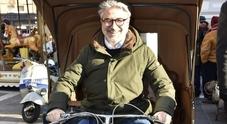 L'assessore Emanuele Loperfido in Vespa senza il casco