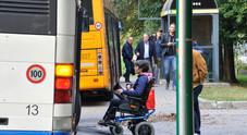 Federica Causin in carrozzina si appresta a salire in bus
