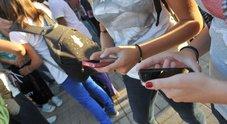 Adolescenti drogati di smartphone, il 41% lo usa per più di 3 ore al giorno