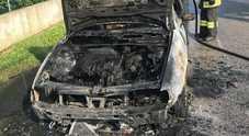 Si svegliano e trovano l'auto in fiamme, a poche ore dall'arresto del piromane