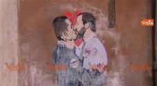 Salvini bacia Di Maio, compare murale vicino al Parlamento
