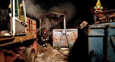 Fiamme alte nel buio: a fuoco una ditta di smaltimento rottami /Foto