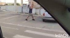/In un video lui sfascia un'auto