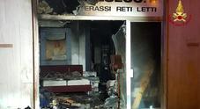 Paura per l'incendio in un edificio  Distrutto negozio di materassi