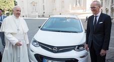 Papa Francesco in auto elettrica: Opel consegna al Santo Padre un'Ampera-e