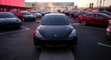 Tesla in difficoltà: consegne Model 3 sotto attese, taglia prezzi in Usa. Titolo perde 7,5%