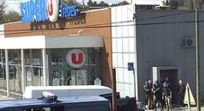 Francia, uomo assalta supermercato e fa tre vittime. «Sono dell'Isis». Ucciso
