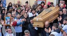 «Sarai sempre nei nostri cuori», la forza delle donne ai funerali di Imma