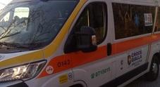 Donna si sente male: ambulanza bloccata da banchi e sosta selvaggia