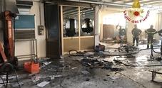Rogo in una ex fabbrica scatta la caccia ai vandali piromani