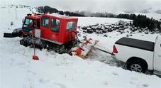 Gatto delle nevi impantanato recuperato da un pick up